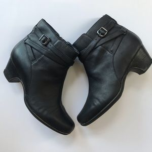 Clark's women's black leather ankle boots size 8M